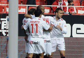 Sevilla F.C 3 – R. Sporting de Gijón 0. Tres de tres.